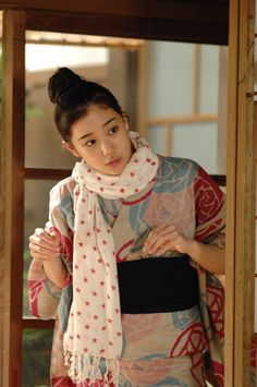 Japanese actress Yu Aoi in kimono and scarf. Nice informal combination!     すとるときもの、. いいね.