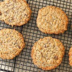 Chia Hemp Seed Oatmeal Cookies Here's an oatmeal cookie recipe with a healthy twist and tastes terrific! Hemp & Chia Seed Oatmeal Cookies are made with multigrain flour, oats, chia and hemp seeds. Healthy Food List, Healthy Diet Recipes, Healthy Baking, Healthy Snacks, Heathy Treats, Alkaline Recipes, Cleanse Recipes, Delicious Recipes, Cookies Healthy