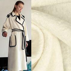 Классическое пальто-халат будет выглядеть шикарно, если его выполнить в белом цвете и отделать черны