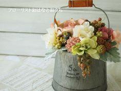 T01ブリキアレンジ(ベージュピンク)| アートフラワーアレンジメント販売のフローリストおはなとおhttp://ohanatoouchi.com/?pid=76311091