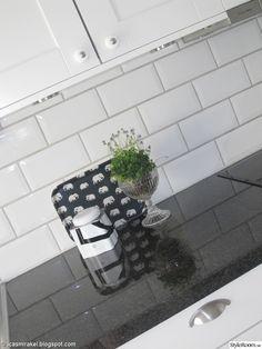 Svart bänkskiva + vitt kakel My Dream Home, Home Interior Design, Home Kitchens, Tiles, Sweet Home, Herbs, Interiordesign, Marimekko, House