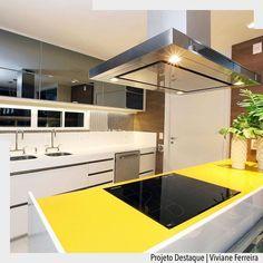 Amamos a forma como o amarelo surgiu nessa cozinha. O layout com bancada em ilha dessa cozinha favorece a circulação. Destaque também para a portas do armário superior com espelho fumê.  Por Viviane Ferreira. Ad http://ift.tt/1U7uuvq arqdecoracao arqdecoracao @arquiteturadecoracao @acstudio.arquitetura #arquiteturadecoracao #olioliteam #canalolioli #instagrambrasil #decor #arquitetura #adcozinha #cozinha #kitchen #cocina