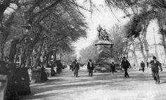 Vista del bandejón principal de la Alameda de Las Delicias y el monumento a los Hermanos Amunategui en el año 1922 Street View, Santiago, Historical Photos, Bicycle Kick, Flags, Siblings