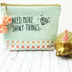 Super Cute, Need More Shiny Things Embroidered Zip Pouch sewing tutorial. Cute DIY Gift and free pattern for a zippered make up bag. Diy Zip Pouches, Diy Pouch No Zipper, Zipper Bags, Small Sewing Projects, Sewing Projects For Beginners, Sewing Tutorials, Bag Tutorials, Sewing Hacks, Sewing Ideas