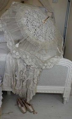 Vintage parasol and lace shawl Vintage Shabby Chic, Vintage Love, Lace Parasol, Lace Umbrella, Vintage Umbrella, Wedding Parasol, Vintage Accessoires, Manequin, Vintage Outfits