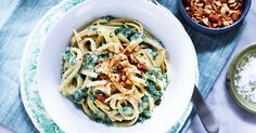 Njut av en härligt grön pasta med knapriga mandlar på toppen. Om du vill använda färsk grönkål istället, strimla och fräs på den lite innan du blandar med ostsåsen.