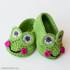 Frog baby booties - these green crochet shoes are simply adorable!