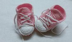 Tenis feito em linha rosa claro... <br>pode ser feito em todas as cores.. <br> <br> <br>tamanho <br>0a2 meses ( 8cm) <br>2a4 meses ( 9cm) <br>4a6 meses (10cm)