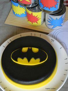 Molly cake au nutella - Logo Batman - Un Livre Gourmand, Batman Cake Topper, Batman Cupcakes, Cake Toppers, Superhero Birthday Cake, Novelty Birthday Cakes, Cupcake Party, Party Cakes, Logo Batman, Batgirl