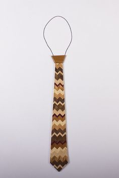 Do you want to stand out and look classy all at the same time? These meticulously handcrafted, one-of-a-kind wooden neckties are for you! Wooden Tie, Cnc Woodworking, Wooden Jewelry, Wood Projects, Chevron, Life Hacks, Hardwood, Aesthetics, Gift Ideas