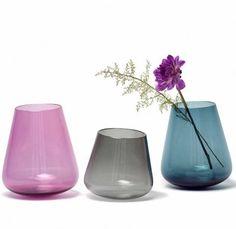 Vase Stan - Mundgeblasen und in einer Birnenholzform ausgearbeitet - Nikolas Kerl #living #vase #swissmade Design Shop, Designer, Glass Vase, Home Decor, Living Room, Pear, Products, Homes, Dekoration