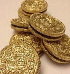 We hebben nog wel eens de neiging om ergens een goud laagje op aan te brengen en het dan speciaal te vinden. Het contrast tussen de gewoonste alledaagse producten en het luxueuze gevoel vind ik interessant.
