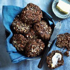 Rugbrødsboller med mørk chokolade er geniale på weekendmorgenbordet eller som en lækker eftermiddagssnack i madpakken. De boller, som ikke bliver spist med det samme, kan sagtens fryses.