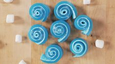 It's not every day that your snack doubles as a science experiment! These Jell-O and marshmallow roll-ups are not only sweet, but they're also mesmerizing to Jello Recipes, Candy Recipes, Sweet Recipes, Baking Recipes, Kid Recipes, Dinner Recipes, Cooking With Kids, Cooking Tips, Party Desserts