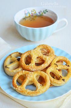 Gabriella kalandjai a konyhában :): Omlós sajtos perec Onion Rings, Winter Food, Caramel, Ethnic Recipes, Salt Water Taffy, Toffee, Fudge