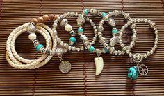 Mix de pulseira composto por 6 peças: 1 pulseira de couro voltas, 1 pulseira de madeira com berloque, 2 pulseiras básicas, 1 pulseira básica com berloque paz&amor + pedra bruta turquesa e 1 pulseira de turquesa com berloque de dente de marfim.