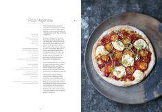 Heute möchte ich euch ein ganz besonderes veganes Kochbuch vorstellen: Vegan Cuisine von Jean-Christian Jury (Rezepte) und Jörg Lehmann (Fotos). Die erste Besonderheit liegt darin, dass das Buch unfassbar umfangreich ist: 800 Rezepte auf knapp 500 Seiten! Das Buch ist riesig, dick und schwer – und es kostet natürlich daher auch mehr als andere vegane …