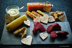 KNUSPERKABINETT: Variation von Kichererbsenwürsten mit Apfelketchup und Zucchini-Senf-Mayo
