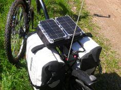 Detalle de la maleta de 2 celulas solares orientables. Susceptible de usar como metodo de carga de un acumulador para recargar  baterias de dispositivos electronicos ( Ipod, tablet, camara compacta, GPS etc..)