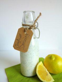 Mit nur wenigen Zutaten zauberst Du im Handumdrehen ein leckeres Low Carb Joghurt-Dressing für deine Salate. Gesundes Salatdressing ohne Zucker und Zusätze. (Healthy Dip Recipes)