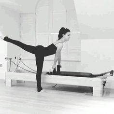 I love the #jackknife dismount for a fun way to get off the #reformer at the end of your #workout, engage #glutes to keep back leg lifted during the dismount, love #pilatestransitions #pilates #pilatesreformer #sianmarshall #sianmarshallpilates