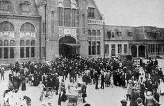 Roosendaal: Stationsplein met honderden juist aangekomen Belgische vluchtelingen, 1914. Stationsplein with hundrerds of just arrived Belgian refugees, 1914.
