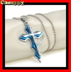 Mooi blauw en zilverkleurig kruis met ketting