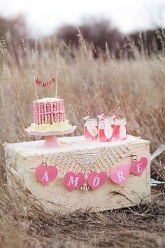 Mini mesa de dulces en rosa.