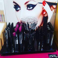 Nuovissima linea per le amanti del nero! KskyBlacks è composta da mascara waterproof, mascara volumizzante, eyeliner liquido, eyeliner in penna e matita nera lunghissima! A prezzi piccoli piccoli!  #kisssky #black #eyeliner #makeup #fidyabeauty