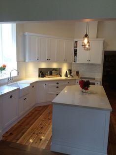 Traditional kitchen Benchtops: Ceasarstone 40mm 'Buttermilk' Doors: 'Shaker' Colour: Laminex 'Polar White' satin 2 pac finish Handles: Tradco range