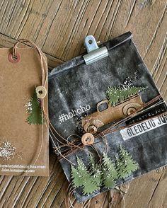 Er det innafor å starte litt smått med julepuslerier? Det er ikke november enda men jeg har så smått begynt. Det må jeg om jeg skal få tid… Christmas Cards, Coin Purse, Scrapbooking, Wallet, Purses, Paper, Xmas Greeting Cards, Pocket Wallet, Handbags