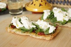 El sabor de la Puglia en un entrante: el queso Burrata combinado con un buen tomate seco y rúcula en una tostada de pan de cristal con aceite de albahaca