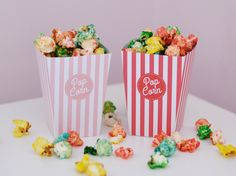 Préparez de jolies boites rayées, rouge, rose clair, bleu clair ou turquoise, pour déguster le popcorn comme au ciné!