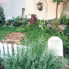 女性で、3LDKの雑貨/サインプレート/植物/salut!/グリーン×雑貨/いつもいいね!ありがとうございます♪…などについてのインテリア実例を紹介。「すのこで作ったフェンスとカラミンサの白でジャンクな庭が少し優しくなりました(*´ ˘ `*)」(この写真は 2016-07-18 18:09:27 に共有されました)