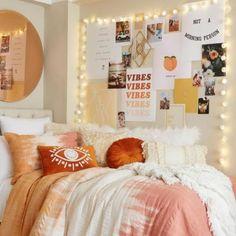 College Bedroom Decor, Cute Bedroom Decor, Boho Dorm Room, Bedroom Inspo, College Apartment Bedrooms, Wall Ideas For Bedroom, Bright Bedroom Ideas, Indie Dorm Room, Girls Bedroom Colors
