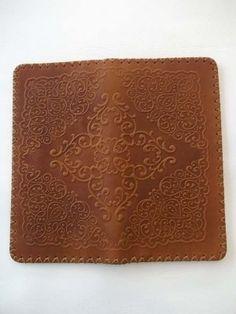 کیف اورکتی چرمی دست دوز حکاکی طرح اسلیمی چرم گاوی شتری ابعاد گسترده 19 در 20 ابعاد تا شده داخل جیب 19 در 9 می باشد