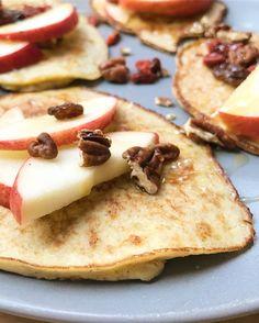 Deze pannenkoekjes bestaan enkel uit banaan en ei. Met een paar plakjes appel en wat walnoten, heb je een gezond en voedend ontbijt.