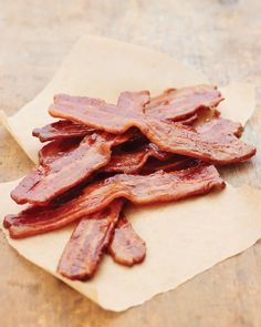 MMM - Maple syrup and bacon! Maple syrup is baked onto these thickly cut slices of bacon, creating a candy-like coating. It's a sweet and savory match that's ideal for a weekend breakfast or brunch. Breakfast And Brunch, Breakfast Recipes, Breakfast Ideas, Brunch Ideas, Brunch Recipes, Appetizer Recipes, Maple Candied Bacon Recipe, Maple Bacon, Bacon Recipes
