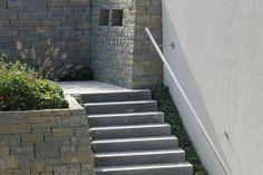 Rohrschacher Sandstein, Fugenklasse I, Übergang von der Terrasse zur Treppe mit kleinem Hochbeet oberhalb der #Trockenmauer / #drystonewall #masonry