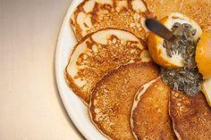Originalmente, essas panquequinhas típicas do café da manhã americano são servidas com maple... Mas com mel ou geleia também ficam deliciosas.