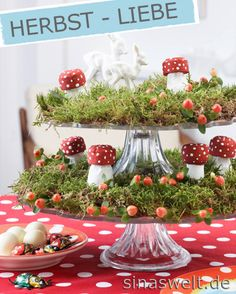 Great DIY idea for your home: Create a fall decoration on a cake stand ///  DIY Project: Verspielte Herbstetagere basteln