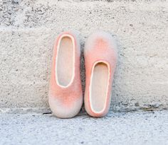 Coral peach salmon beige wool slippers felted slippers home shoes di Storow su Etsy https://www.etsy.com/it/listing/159506769/coral-peach-salmon-beige-wool-slippers