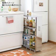 ステンレス隙間収納ワゴンスタイリッシュな存在感がGOOD  キッチンなどのちょっとした隙間を収納スペースに変身させるキャスター付きの収納庫。前板は水やキズに強く錆びにくいステンレス製、つややかな見た目が空間をスタイリッシュに演出します。棚板の耐荷重が1段あたり約7kgなので、ボトルや食品のストックなどもたっぷりしっかり収納OK。落ち止め付きで、見渡しやすく取り出しやすい点が便利です。正面には握りやすい取っ手が付いているから出し入れもスムーズ。左右の向きは組み立て時に選べます。サイズは6タイプから、スペースに合わせて。