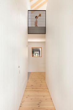 Joli chalet familial en Estrie – Must Love Furniture La Shed Architecture, Residential Architecture, Plan Chalet, Passive House, River House, Cladding, Beach House, Stairs, Cottage