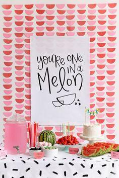 lustige tischdeko geburtstag feier im somer, pinke deko, wassermelone und melone als motiv