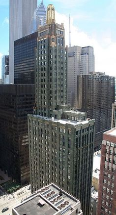 great shot of the Carbide & Carbon Building (actually 2 pics spliced together) New York Architecture, Historical Architecture, Amazing Architecture, Architecture Design, 1920s Architecture, Places Around The World, Around The Worlds, Art Deco Buildings, Famous Buildings