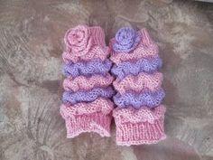 Pitkään ihaillut pieniä sukkia FB:ssä jotka tehty Wellenmuster-ohjeella. Itse kuitenkin tein ilman terää eli säärystimet näin kokeeksi.    ... Knitting Socks, Baby Knitting, Knitting Ideas, Little Things, Leg Warmers, Gloves, Accessories, Heart, Fabrics