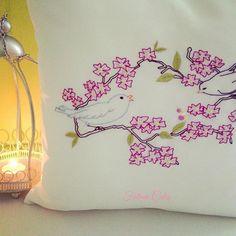 🕊🌸Kuşlar sizin kadar hür olmaktır hayalim kuşlar... #embroidery #broderie #işleme #coussin #yastık #housse #kuş #oiseau #passion #passionbroderie #colorful #pink #pembe #rose #free #liberty 🌸 🕊