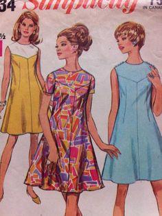 60s style Pattern- V Yoke Dress for Women Vintage Pattern Simplicity No.7534 1968  Collarless dress has V shaped yoke high round neckline Back