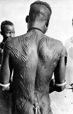 Africa |  Back scarification details || Scanned vintage postcard; published by La Carte Africaine, Paris